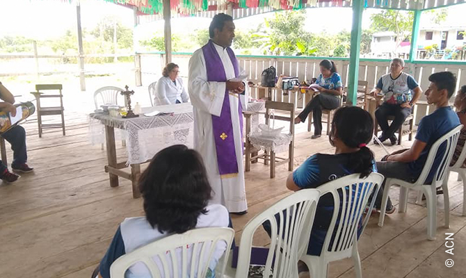 The Indian parish priest Fr. Leo Jayaraj Arulappan, MMI (Missionários de Maria Imaculada), attends, together with the Indian priest Pe. Simeão, MMI, 45 communities, of which only 3 are in the city of Itacoatiara while the others are distributed along the Amazonas River (Ilha do Risco) and the Arari River. These communities can be reached by motorboat from Itacoatiara in between 45 minutes and 10 hours (community of Nova Olinda).