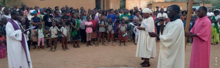 """Burkina Faso: """"Los fieles huyen del terrorismo, contra el que no tienen medios para resistir, pero mantienen su fe"""""""