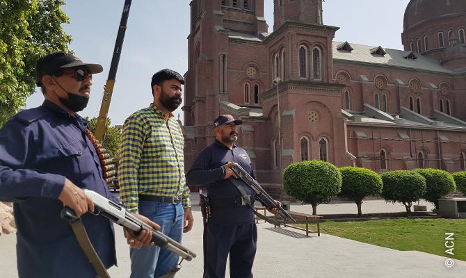 Pakistanische Katholiken engagieren sich freiwillig für die Sicherheit der Kirche.