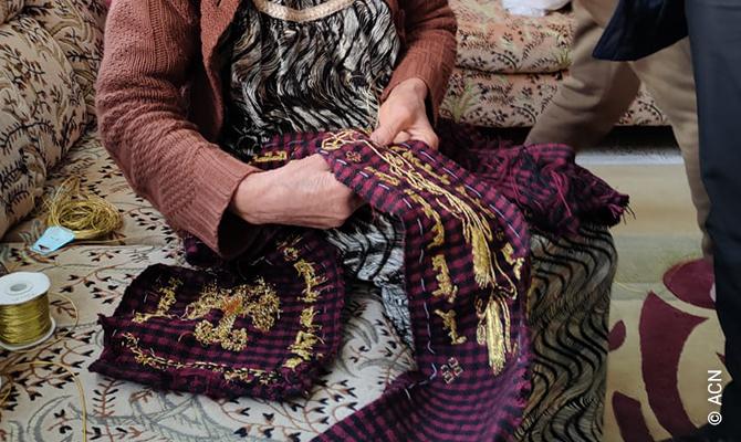 Die Stola ist komplett handgefertigt, und zwar aus dem von Khaya Bakter, einem ortsansässigen Handwerker, gewebten Stoff in den traditionellen Farben (Schwarz und Violett) von Karakosch.