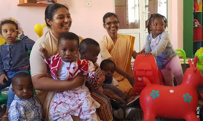 En buenas manos: La Hna. Hélène con los pequeños en el jardín de infancia