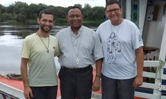 Brasil: Reparación de un barco para la pastoral en la Amazonía.