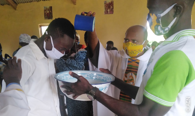 El párroco, P. Robinson Melkis, de Ghana, nos ha pedido ayuda para comprar un todoterreno.