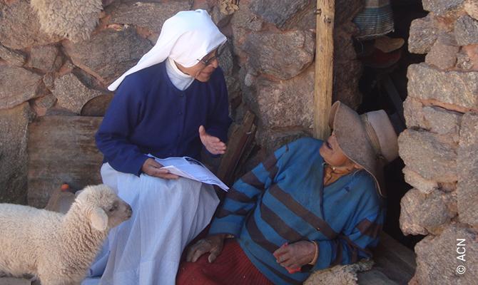 Une missionnaire de la congrégation «Misioneras de Jesús Verbo y Víctima» dans son travail pastoral à San Rafael.