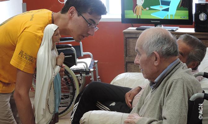 Des séminaristes soutenus par ACN rendent visite aux résidents d'une maison de retraite à Nueve de Julio.