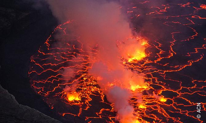 Le cratère du Mont Nyamuragira.