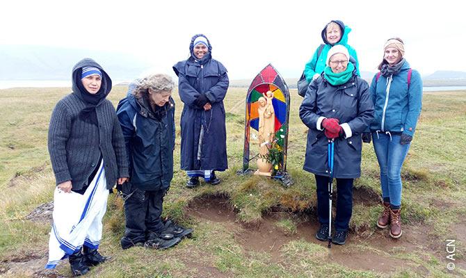 Mutter-Teresa-Schwestern auf einer Wallfahrt zur Insel Viðey, Island.