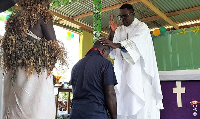 Momenti dell'ordinazione sacerdotale di Thomas Patavolomo nel luogo natio di VoruVoru, nella parte nord dell'isola di Choiseul.