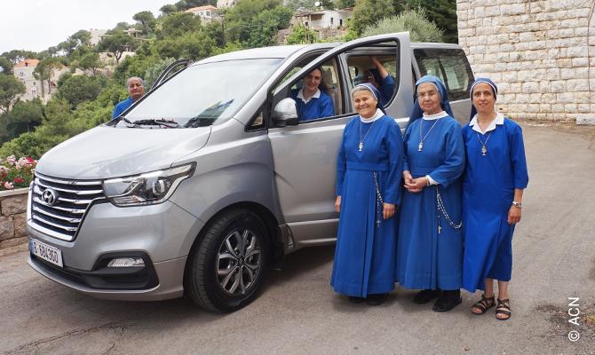 Las Hermanas del Santísimo Sacramento están muy contentas, pues gracias a la ayuda de nuestros benefactores han podido comprar un minibús nuevo.