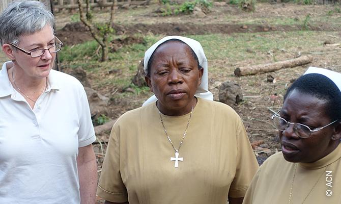 """Regina Lynch, Projektdirektorin von """"Kirche in Not"""" (ACN) International, und Schwester Francine."""