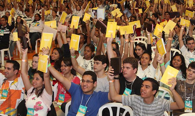 Congreso Nacional de Jóvenes de Shalom en Río de Janeiro - Del 21 al 23 de septiembre de 2012 - 2.000 jóvenes de diferentes partes de Brasil se reúnen para prepararse para la Jornada Mundial de la Juventud que tendrá lugar en Río de Janeiro en julio de 2013. En el encuentro recibieron su YOUCAT financiado por benefactores de Ayuda a la Iglesia Necesitada (ACN), campaña promovida por la oficina brasileña de ACN en colaboración con la Conferencia Episcopal Brasileña.