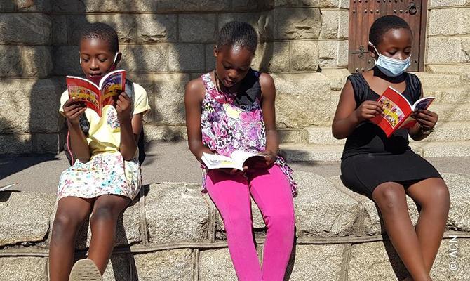 Ahora, ha llegado el momento de que los niños de la tribu Kalanga de Zimbabue reciban sus ejemplares. La ACN tiene previsto entregar 12.960 ejemplares.
