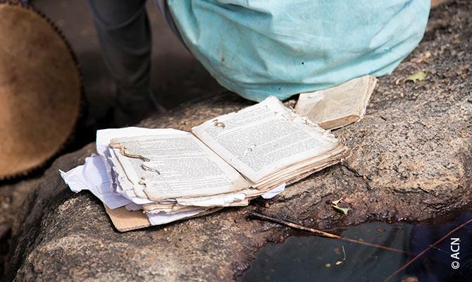 Altes Gebetbuch bei einer Messe im Flüchtlingslager Palabek.