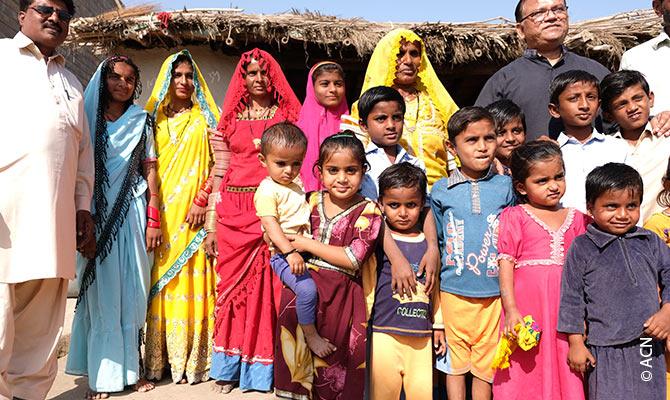 Il vescovo Samson Shukardin visita il villaggio di Betlemme nella diocesi di Hyderabad.