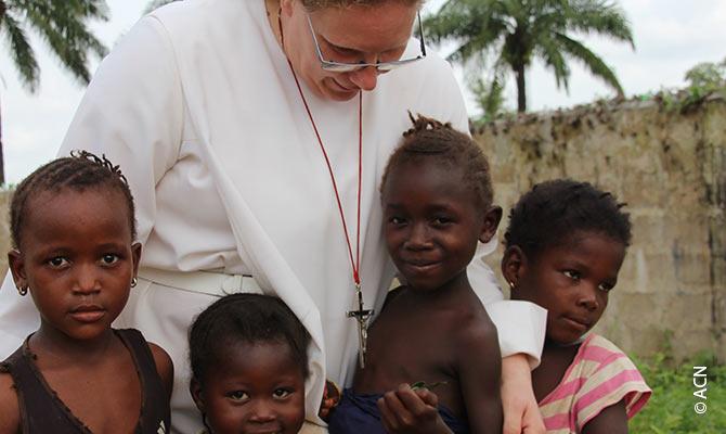 Depuis un an, les soeurs de Jesus Misericordieux de Pologne s'occupent des enfants pour leurs devoirs de classe et leur hygiene. ACN a participe a la construction du cloitre.