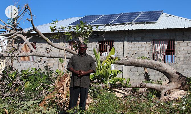 Para a Igreja da paroquia em Dumont, no sudoeste do Haiti, financiamos um sistema solar, que e atualmente a unica fonte de energia num raio de muitos quilometros.