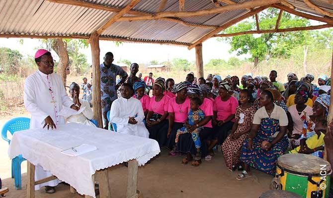 Messe avec l'évêque Mgr Vieira à Samaï, Bénin.